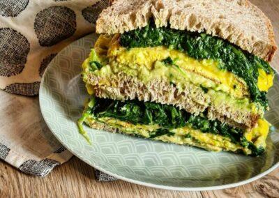 Sandwich aux oeufs et épinards